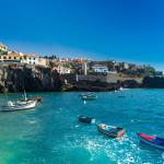Blick auf einen kleinen Hafen auf Madeira
